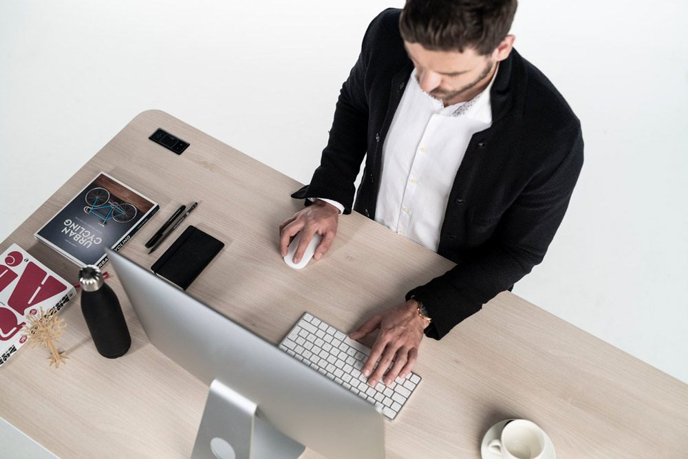 Working on a sit-stand-desk brings movement to your workplace and reduces the risk of pain.
